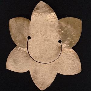 Lesezeichen aus Kupfer in Form einer Blume mit lachendem Gesicht