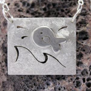 Halskette mit Fisch auf dem Wasser und Wellen