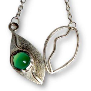 Kette in Form von Blättern aus echtem Silber besetzt mit einem grünen Schmuckstein
